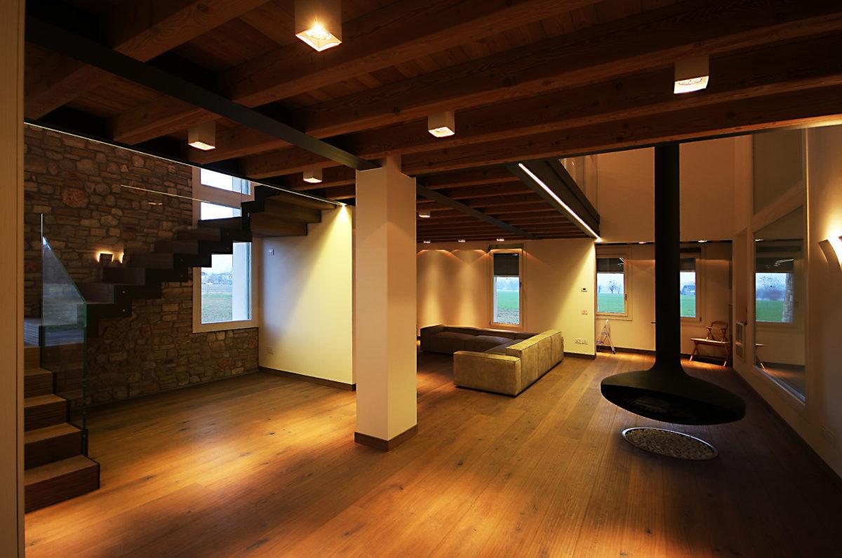 Interno di una casa realizzata in legno De Prà