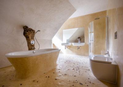 Bagno di una casa realizzata con pannelli in paglia